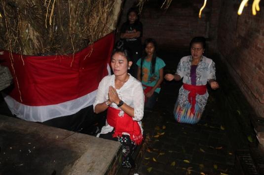Jero Sepuh Istri memimpin kirtanam di Lingga Yoni