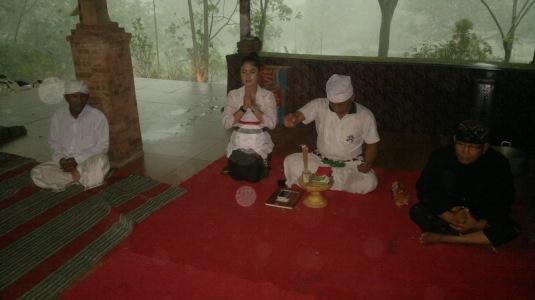 Bapak Jero Sepuh LMK Kadek Sumanila dan Jero Sepuh Istri berdoa